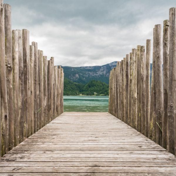 ponton en bois menant sur le lac